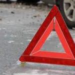 В Киеве столкнулись Mercedes и Ford: машины вылетели на трамвайные пути