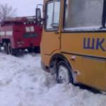На Запорожье школьный автобус с детьми застрял в снегу
