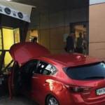 В Киеве девушка на Mazda врезалась в магазин