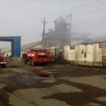 На Харьковщине с ночи не могут потушить склады с зерном