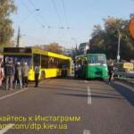 В Киеве из-за столкновения двух автобусов остановилось движение