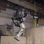 Робот Atlas компании Boston Dynamics обрел навыки хорошо тренированного «паркурщика»