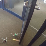 FlyCroTugs — крошечные летающие роботы, способные открывать двери и поднимать вес, в 40 раз превышающий их собственный