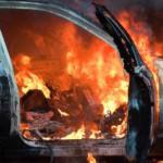 В Киеве у метро вспыхнул автомобиль: кадры с места ЧП