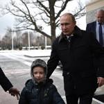 Путин покатал тяжелобольного мальчика на вертолете над Петербургом