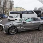В Киеве военный автобус протаранил Mercedes