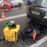В Киеве курьер на скутере влетел в авто