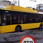 В Киеве троллейбус провалился в яму