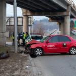В Киеве таксист уснул за рулем и влетел в столб