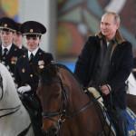 Путин на коне: президент посетил 1-й оперативный полк полиции