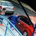 В Киеве девочки-подростки повредили около десяти машин