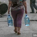 В поселке тюменской пенсионерки нет воды. К ней мчатся 10 телевизионных бригад
