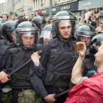 Стоит ли допускать агрессию в адрес полиции от «мирных демонстрантов»?