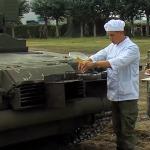 Российские военные приготовили яичницу и кофе на танке Т-80