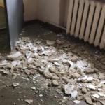В омской школе на девочку обрушился потолок, ребенка увезли в больницу