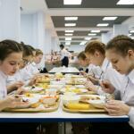 С 1 сентября 2020 года российских школьников будут кормить горячими обедами